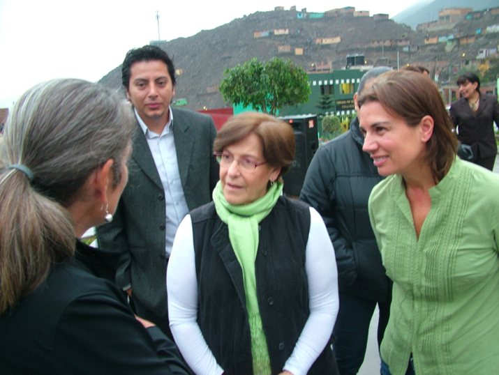 Frances Whitehead discussing urban agriculture potentials with Lima Mayor Susana Villarán, Lima Urban Agriculture specialist Gunther Yupari Merzthal, and Lima Environment Commissioner, Anna Zuchetti. Image: Vince Michael